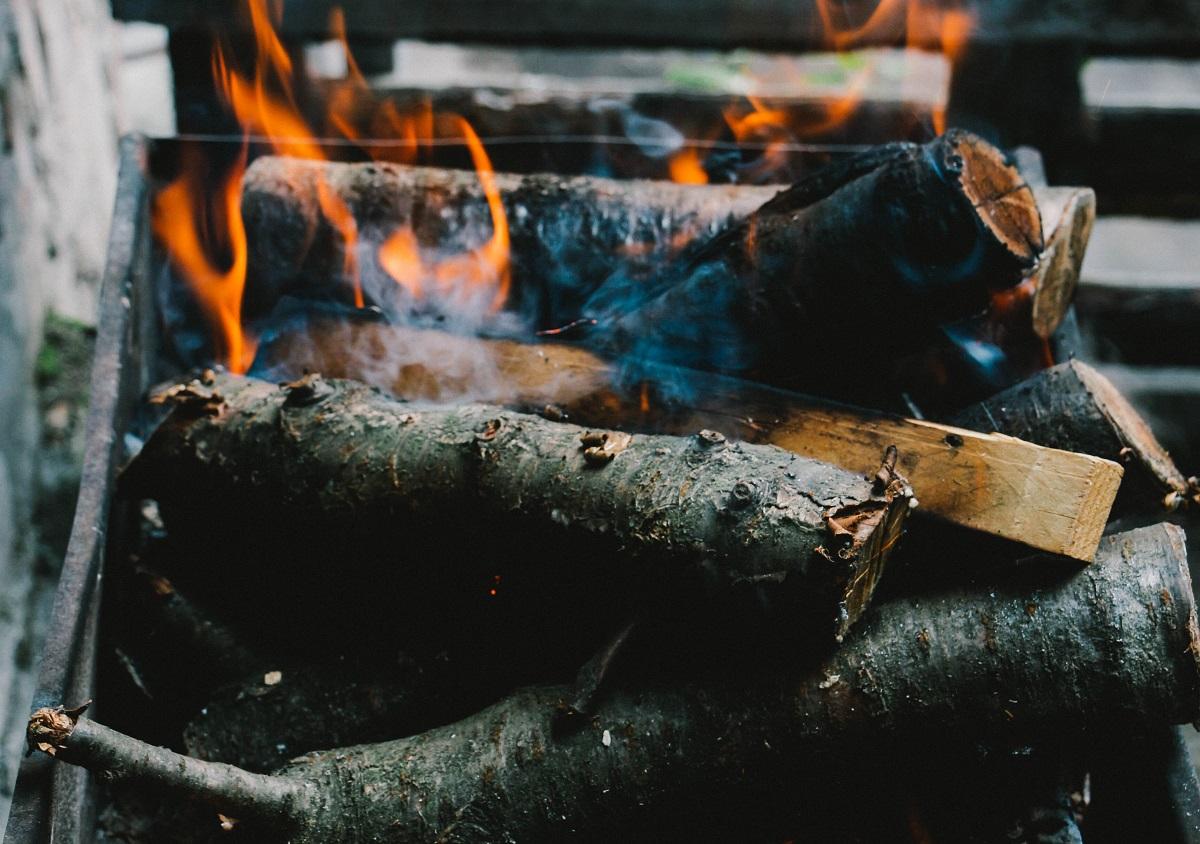 原木は水分を多く含んでいるので、そのまま燃やすと煙が多く出たり、煙突に煤が溜まったりして、熱があまり上がらず効率が悪い燃焼になります。